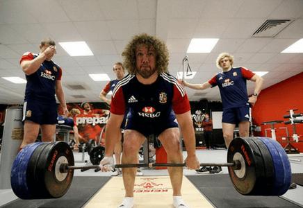 Entraînement intense de rugby en musculation